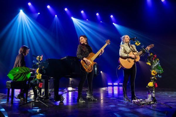 Violette Lapierre au piano, Mélissa Doucet à la basse et Claudie Létourneau à la guitare et voix. Finale régionale de Cégep en spectacle 40e édition